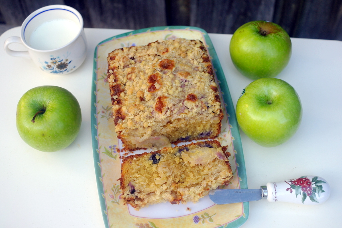 ... le globe: Another lovely tea cake: blueberry and apple crumble cake