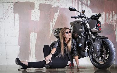 motos-mujeres-street-motera-street-girl-bmw-Roadster-Streetfighter-iPhone