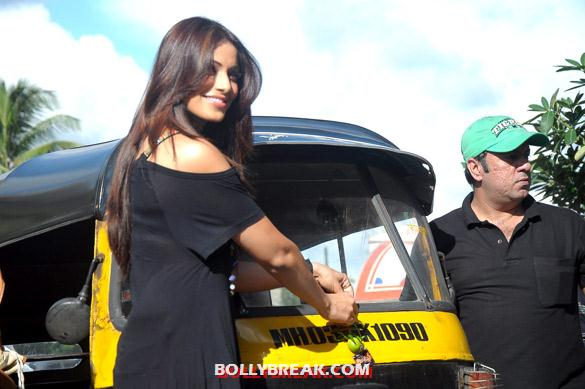 Bipasha Basu promoting raaz 3 with auto rickshaw drivers - (2) - Hot Bipasha Basu promotes 'Raaz 3' with Auto Rickshaw Drivers