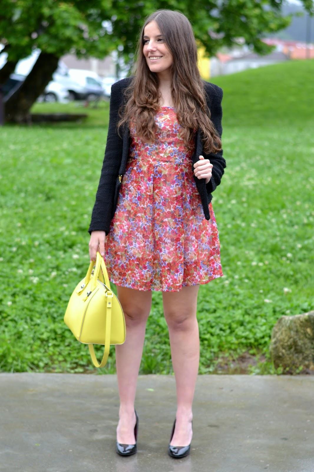 looks entretiempo, vestido flores con chaqueta