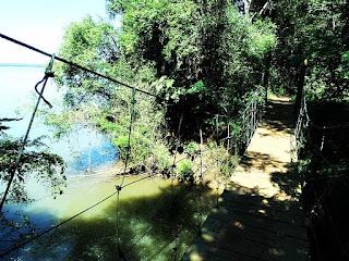 Ponte pênsil ao fim da Trilha do Poço Preto, no Parque Nacional de Iguaçu.