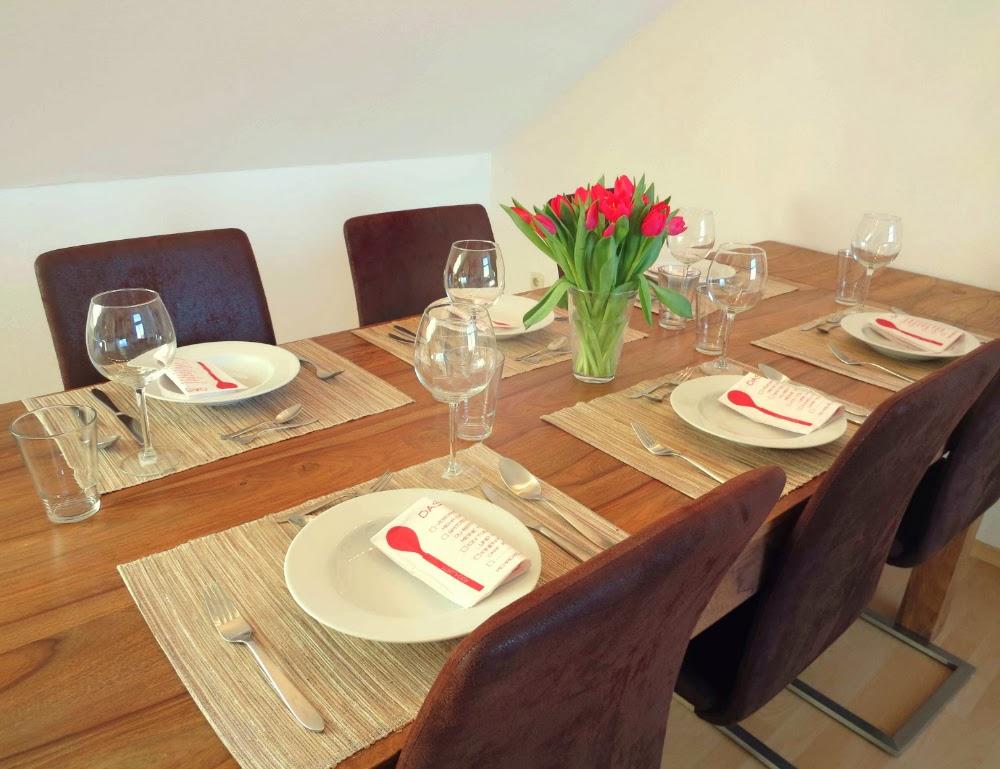 Rot-pinke Tischdekoration