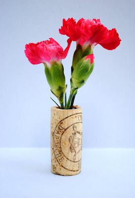 Varios claveles dentro de un corcho-florero.