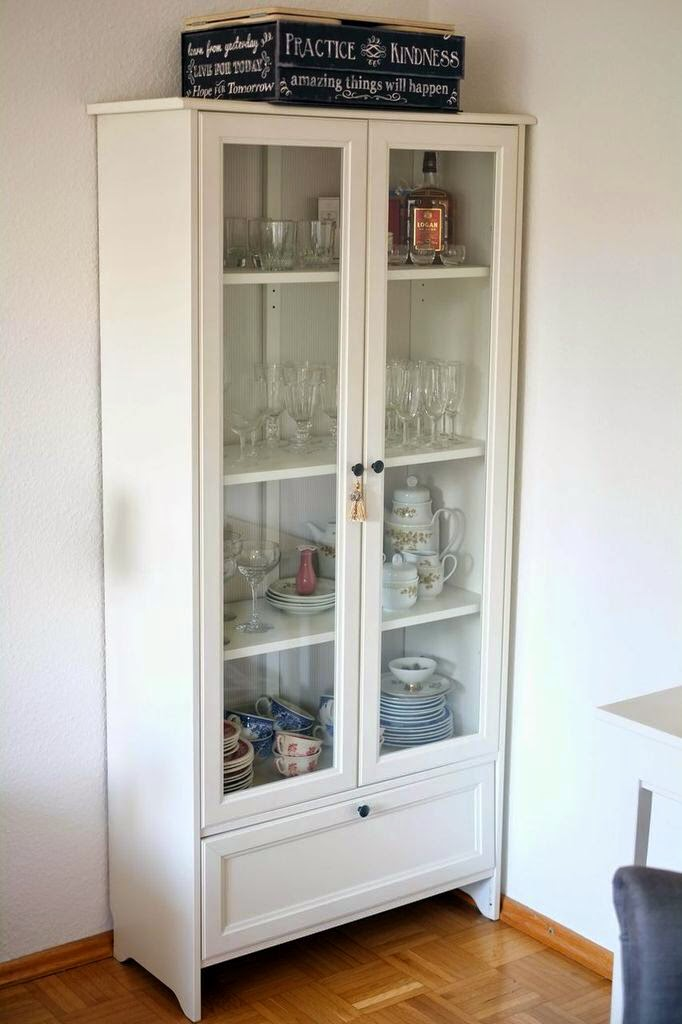 ikea hemnes vitrine. Black Bedroom Furniture Sets. Home Design Ideas