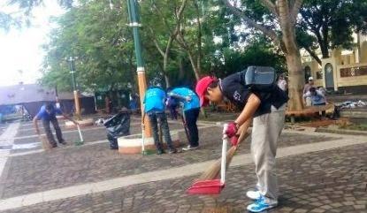 aksi membersihkan sampah di alun-alun cimahi