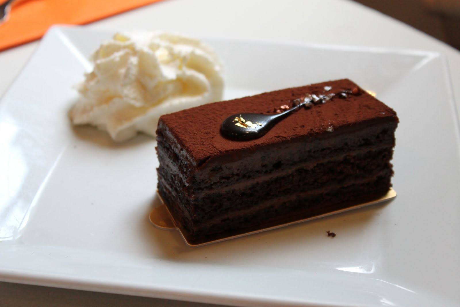 Leopold%27s_Kafe_dark_chocolate_cake.JPG