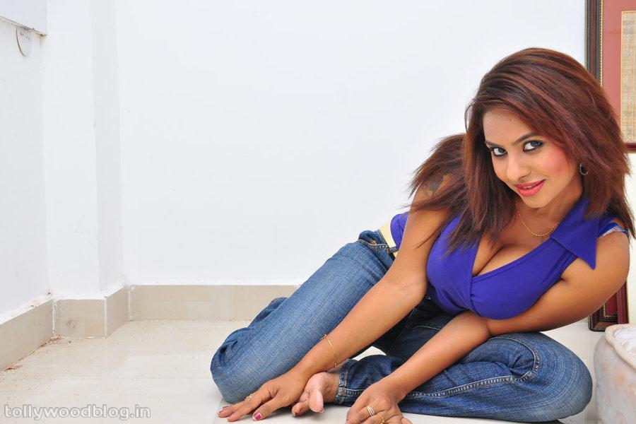 Sexy Actress Gallery: ACTRESS SRI LEKA HOT EXPOSING PHOTOS