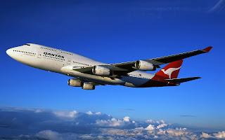 Bureaublad achtergrond met vliegtuig met rode staart