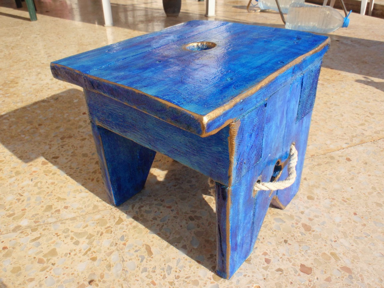 Taburete banqueta r stico azul for Taburetes de madera rusticos