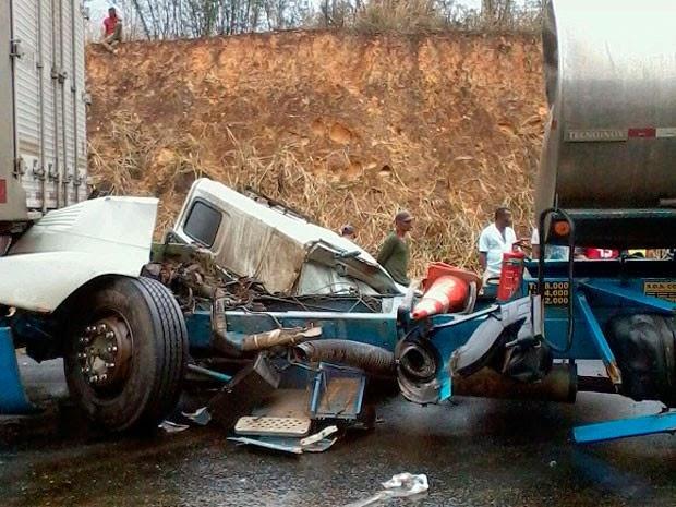 Cabine do caminhão ficou totamente destruída no acidente. (Foto: Odiney Santos / Blog Marcos Frahm)