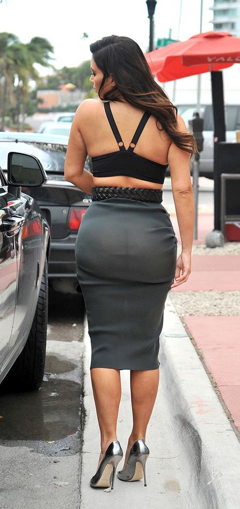 nwk to mia kim kardashian in miami beach wearing no panties. Black Bedroom Furniture Sets. Home Design Ideas