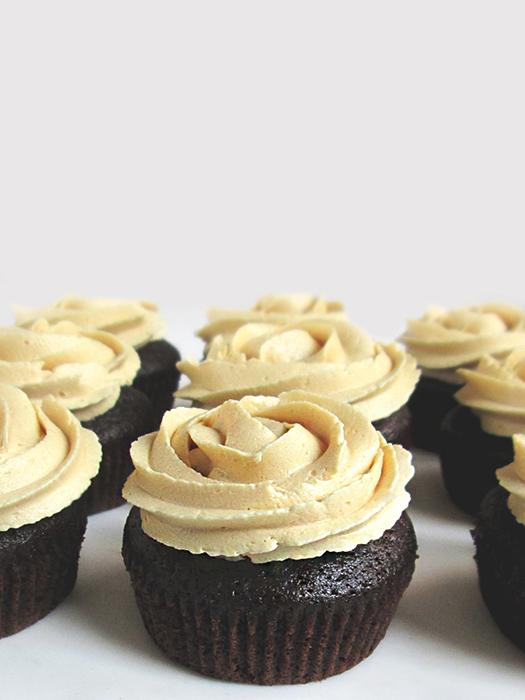 Caramel mocha chocolate cupcakes recipe tinascookings.blogspot.com