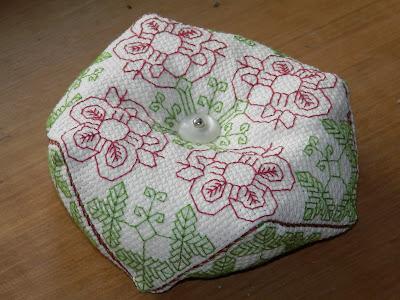 http://boutique-brodeuse-bressane.blogspot.fr/2012/09/biscornu-roses.html