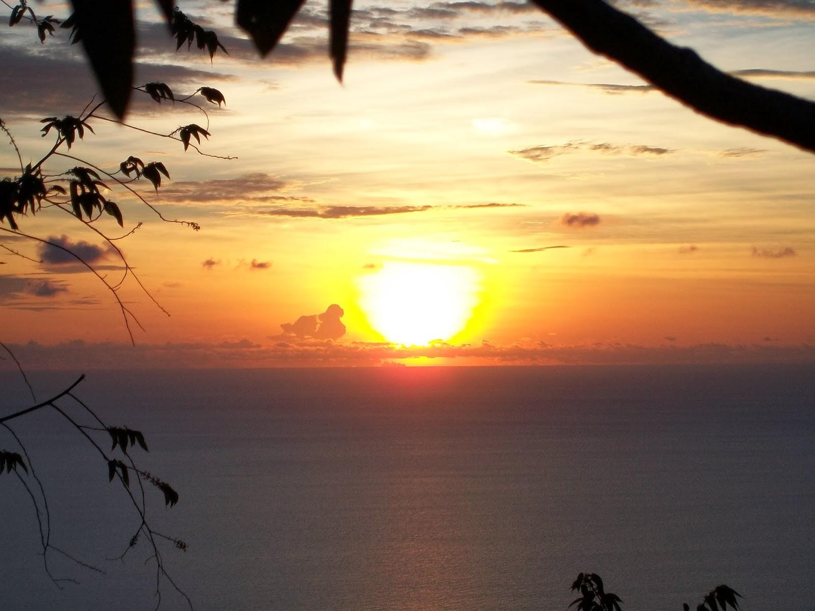Matahari terbenam di laut natuna