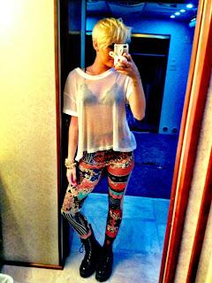 Com blusa transparente, Miley Cyrus divulga foto em rede social