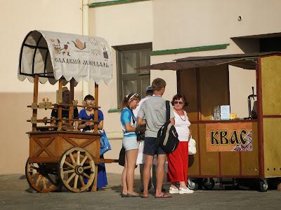 Торговля напитками и сладостями в Казанском кремле