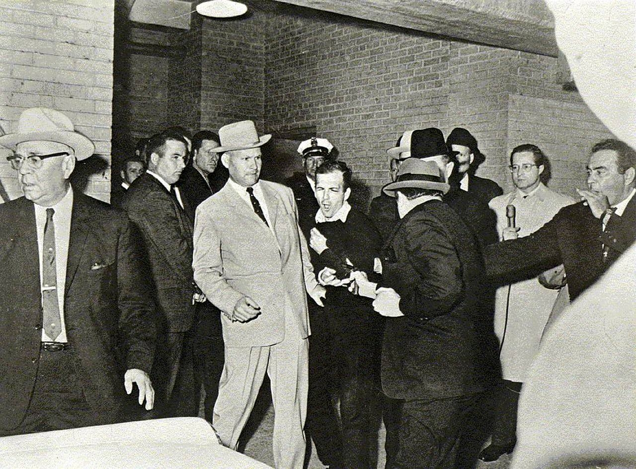 (image: http://3.bp.blogspot.com/-lRm0cotCmhA/T0DOIPNIciI/AAAAAAAAFTU/7NrElR2gVSo/s1600/Lee-Harvey-Oswald-Is-Shot-Bob-Jackson-Photo.jpg)