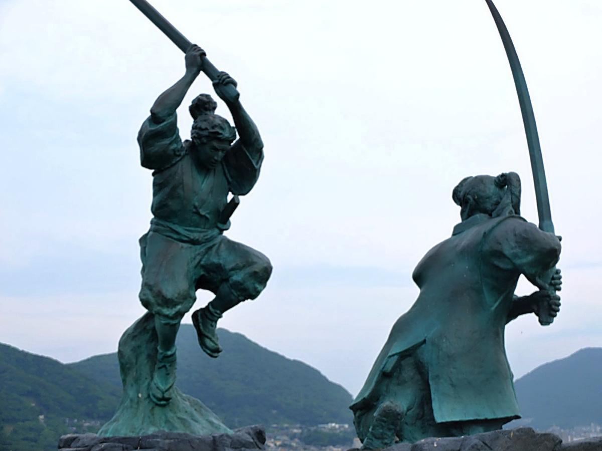 Patung Miyamoto Musashi dan Sasaki Kojiro