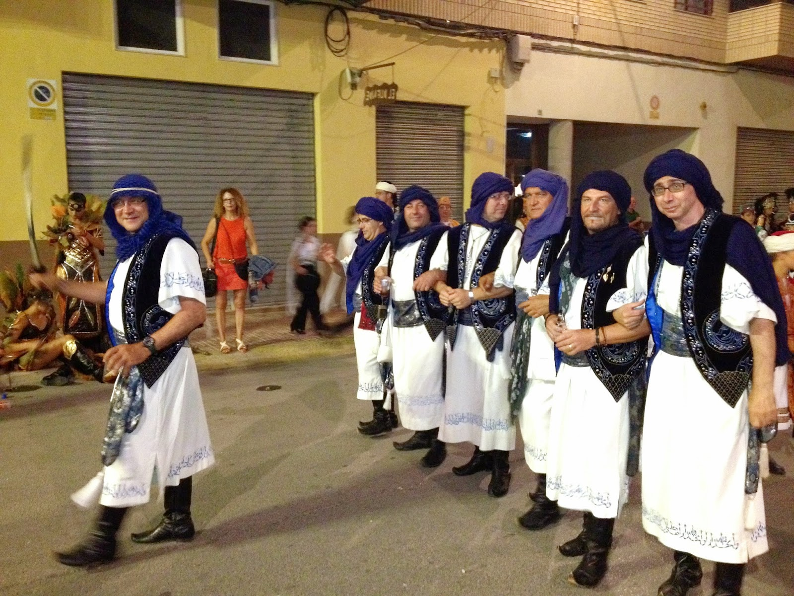 La carismática Escuadra de Moros Abenzoares desfilando en la Enhorabuena de los Moros y Cristianos de Caudete.