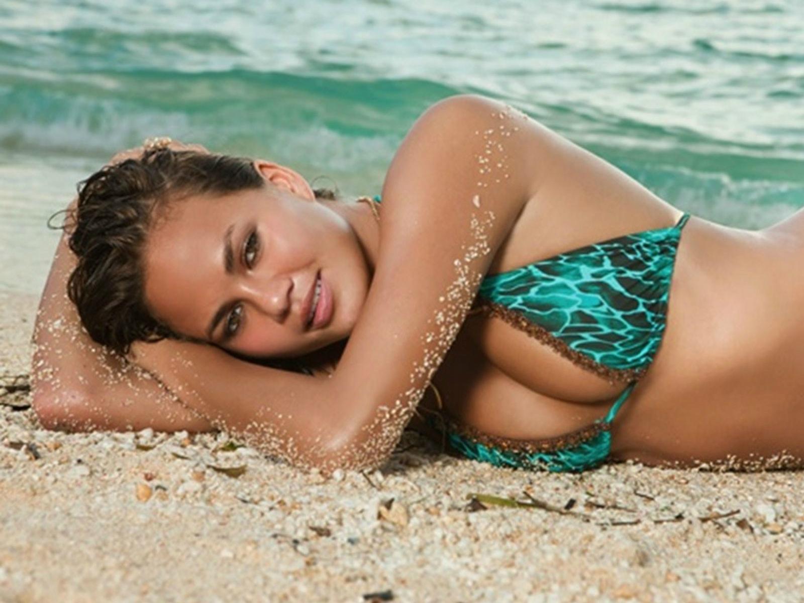 http://3.bp.blogspot.com/-lT5HlkccL3I/Tl3UiRRb6fI/AAAAAAAAAws/eJQ4liuV1b4/s1600/Chrissy_Teigen_beach_sexy_beauty_bikini_wallpaper_www.Vvallpaper.net.jpg