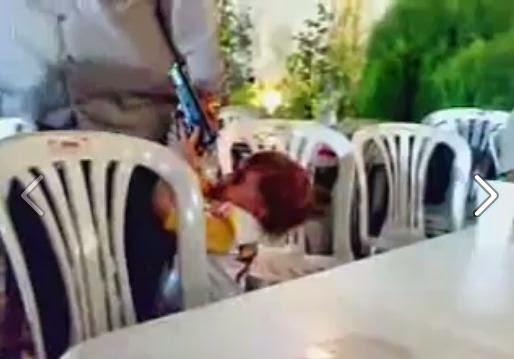 Padre le da su pistola a una niña y mira lo que pasa