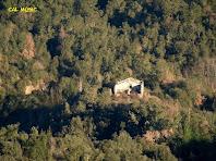 Cal Músic, una de les moltes masies enrunades que hi ha en aquesta zona boscosa