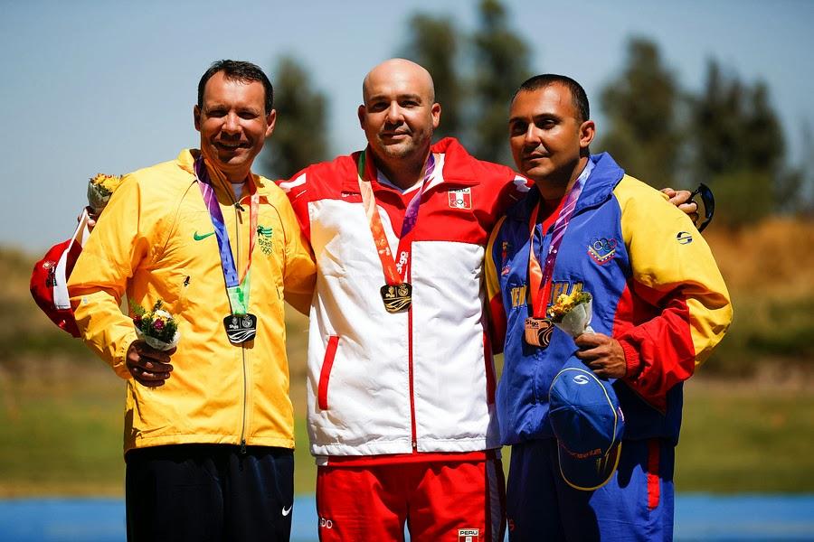 Jaison Santin (BRA), Asier Cilloniz (PER) e Franco di Mauro (VEN) no pódio da Fossa Double em Santiago - Foto: IND/ Agência Uno/ Roberto Candia