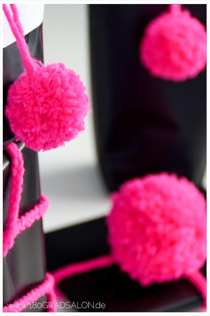 180gradsalon kreative geschenkverpackung mit pompons aus wolle und h kelband. Black Bedroom Furniture Sets. Home Design Ideas