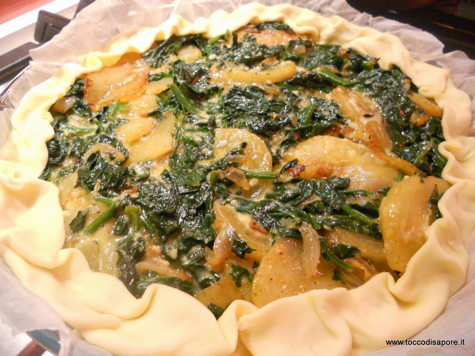 Torta salata agli spinaci, patate e cipolla pronta da infornare
