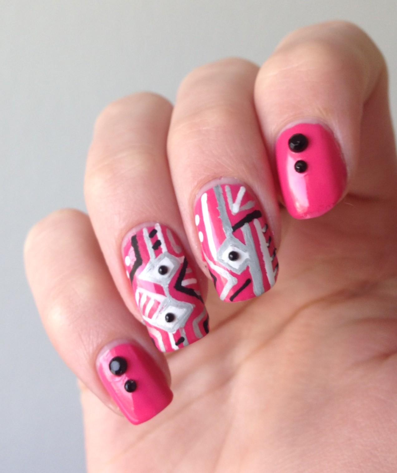 nail art géométrique rose facile