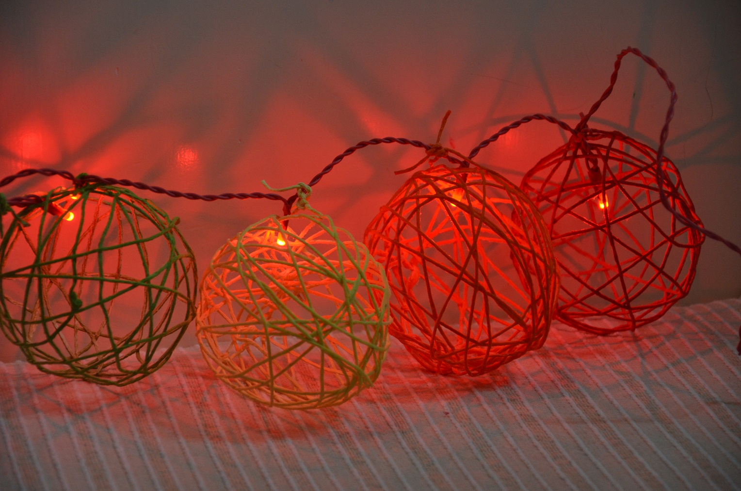 Diaper Mum: DIY Yarn Lights