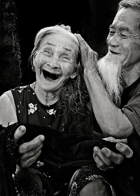 Nhổ tóc bạc cho nhau