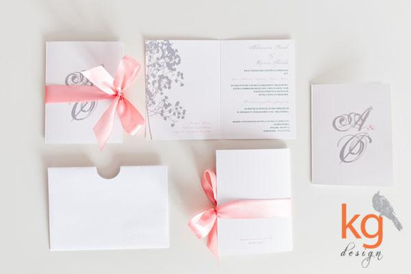 zaproszenie z motywem gipsówki, z gipsówką, z kwiatami, pastelowa kolorystyka, morelowy róż, łososiowy róż, monogram, oryginalne i nietypowe zaproszenie na ślub, wesele, zawiadomienie, zaproszenie w języku norweskim, zaproszenie wiązane wstążką, koperta z otworem na wstążkę, poligrafia ślubna, papeteria ślubna, szary, delikatne zaproszenia, proste,