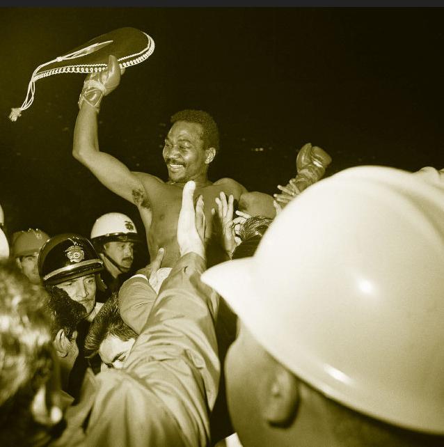 José Nápoles agita un sobrero en el aire mientras es levantado en hombros después de vencer a Curtis Cokes de Dallas. Abril 1969 Anonymous / AP