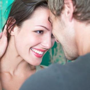 couple-man-with-hand-on-womans-neck - كيف تتأكدين ان حبيبك يحبك حب حقيقى