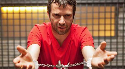 El personaje Joe Caroll encadenado en la mesa, en la cárcel