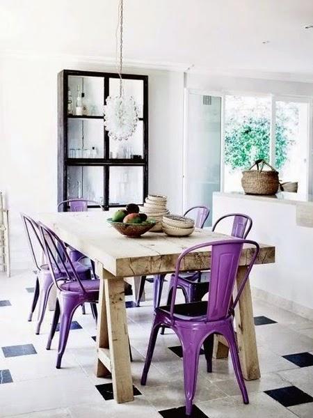 Jadalnia z fioletowymi krzesłami