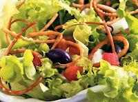 Salada com Massa de Pastel (vegana)