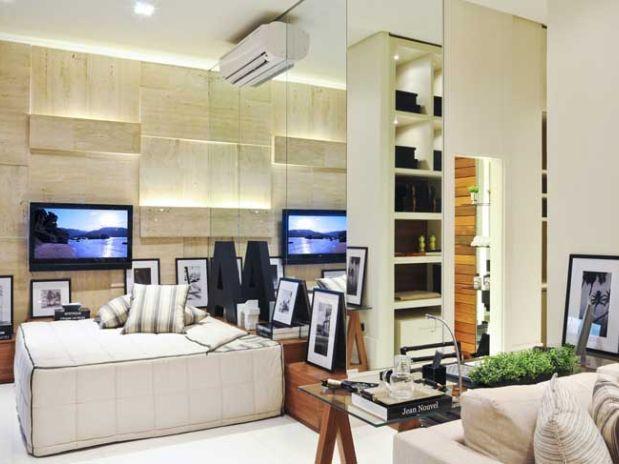 decoracao cozinha loft:Uma estante faz as vezes de uma leve divisória