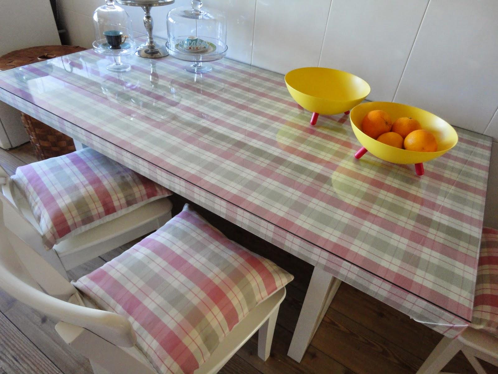 Uma secretaria passou a mesa de cozinha