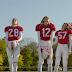 Modelos da Victoria's Secret jogam futebol americano