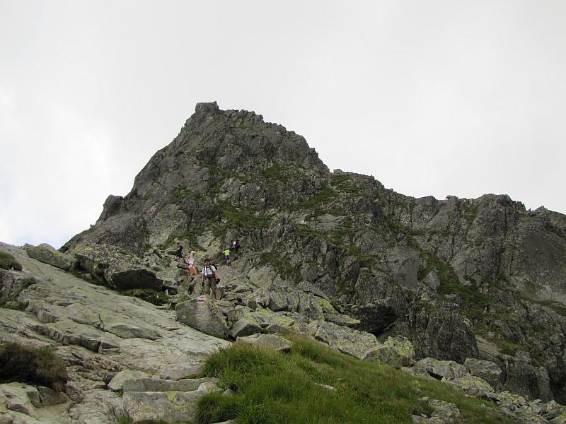 marzła Przełęcz (2126 m n.p.m.); a za nią wznoszą się Zmarzłe Czuby.