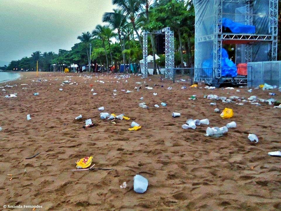Praia do Perequê em Ilhabela após um show gratuito na última sexta-feira (12)