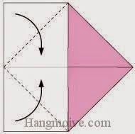 Bước 3: Gấp chéo hai góc tờ giấy ra phía mặt sau tờ giấy.