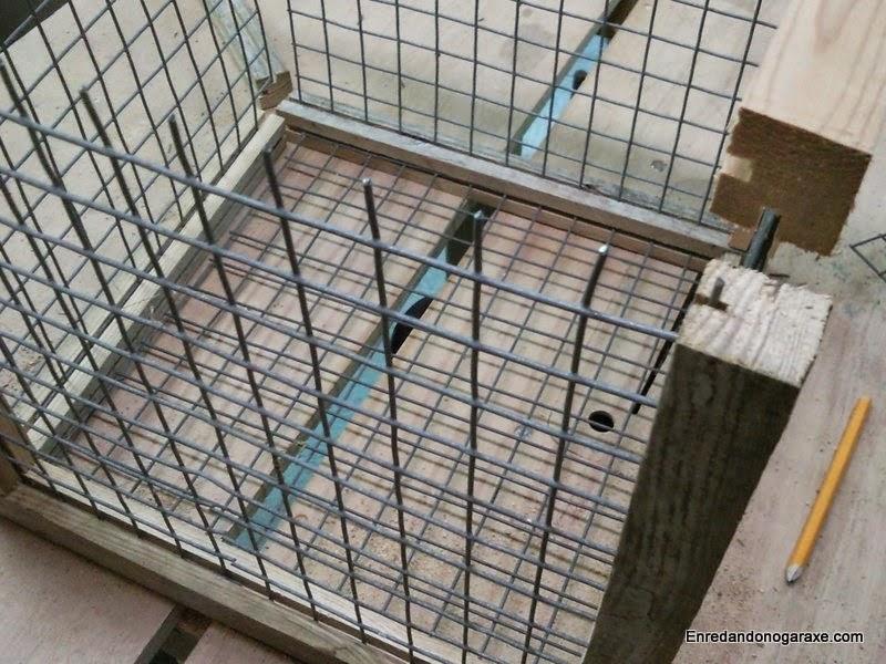 Estructura de la jaula con la malla metida en las ranuras de los listones de madera. Enredandonogaraxe.com
