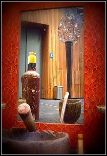 lámpara, mortero, espejo y botella de madera en la feria de desembalaje 2013 en el BEC-