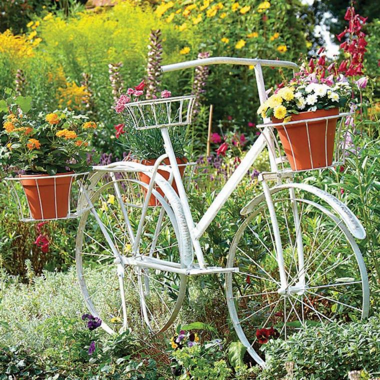 Icono interiorismo decorar el jard n con bicicletas - Decorar el jardin ...