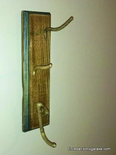 Colgador hecho de ramas para complementos o accesorios. Enredandonogaraxe.com