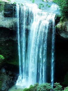 Cascata Salto Ventoso. Queda d'água, com caverna ao fundo.