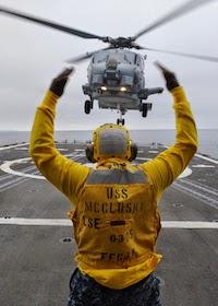 راهنمای فرود بالگرد (Landing Signalman)